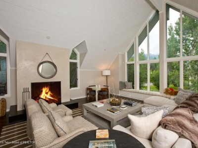 Chic Pines Estate Home Image